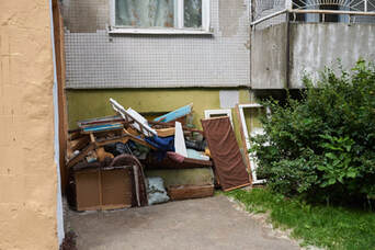House hold junk on the side of the house.